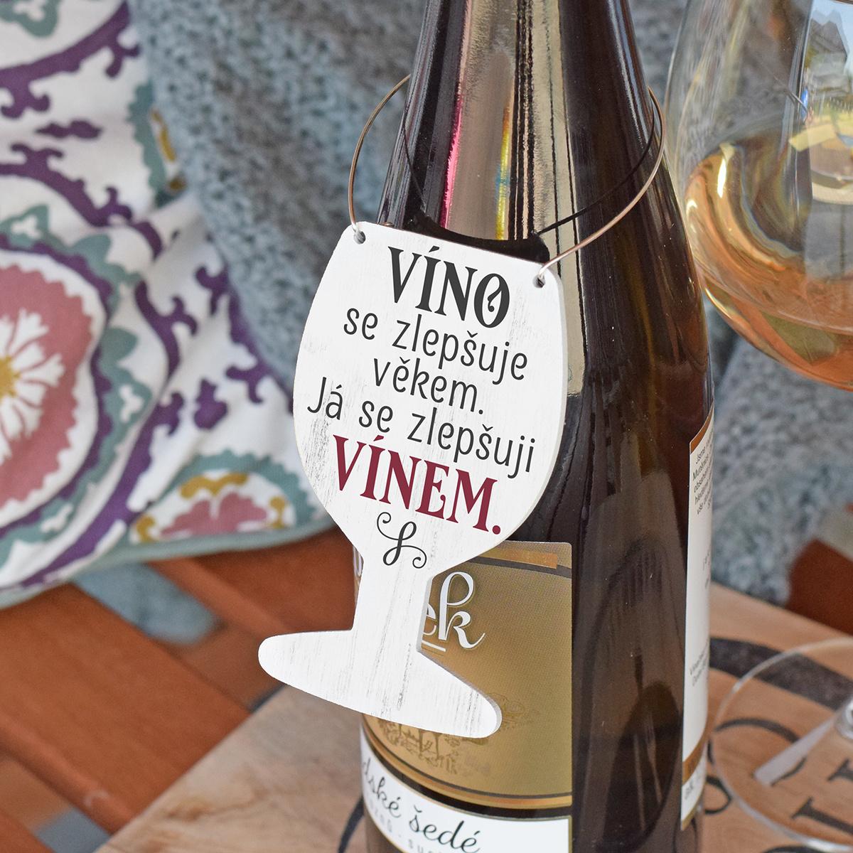 HOUSEDECOR Cedulka na víno - Zlepšuji se vínem