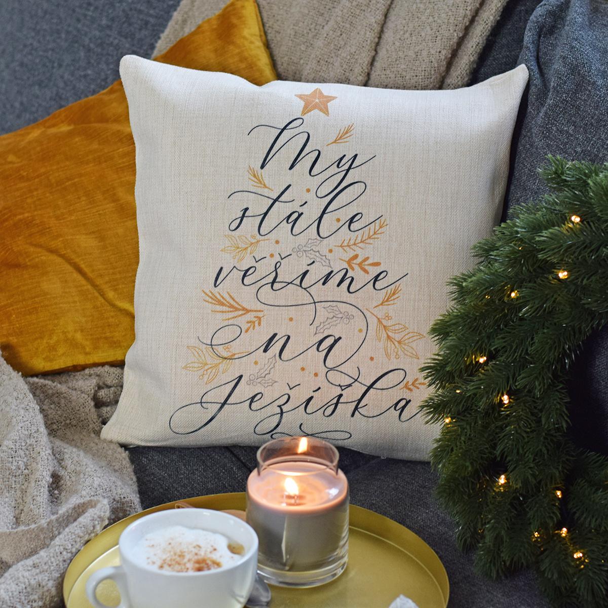 HOUSEDECOR Vánoční polštář - My věříme na Ježíška!